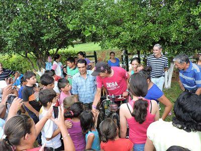 Ciclista francés recorre Paraguay por los derechos de niñas y niños