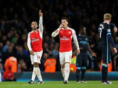 Arsenal se queda como líder de la Premier