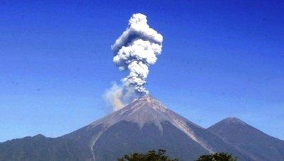 Volcán de Fuego amanece expulsando lava y cenizas en Guatemala