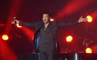 Lionel Richie emociona y sacude el Yacht