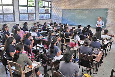 Más de 50 alumnos por aula tienen en escuelas públicas de Asunción