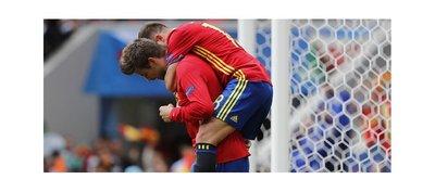 Piqué derriba el muro y salva a España