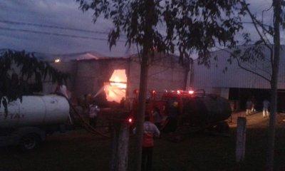 Fuego consume yerbatera en Yatytay