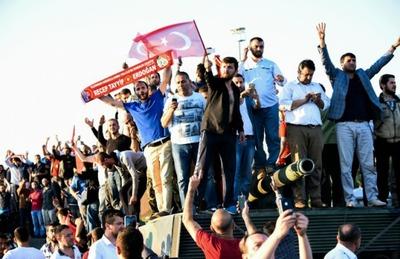 La multitud abuchea a los golpistas en Estambul