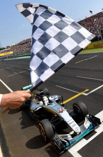 Hamilton se impone en Hungría y destrona a Rosberg de la punta