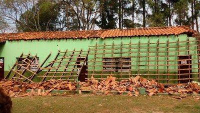 Piribebuy: Tras derrumbe de escuela darán clase en la Dimabel