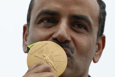 Festejó la medalla de oro sin la bandera ni el himno de su país