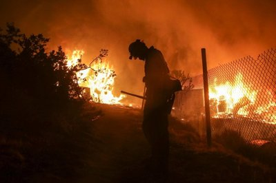 Incendio en California obliga a evacuar a más de 82.000 personas