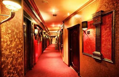 Pareja advirtió sobre un fuerte olor en la habitación de un hotel y su origen reveló un macabro hecho
