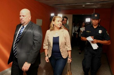 Juez se inhibe y suspende preliminar de Karina Rodríguez