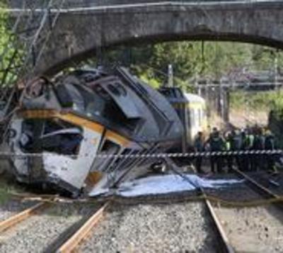 Cuatro muertos al descarrilar un tren en España