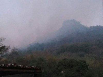 Incendio en el Ybyturuzú pone en peligro a 35 viviendas