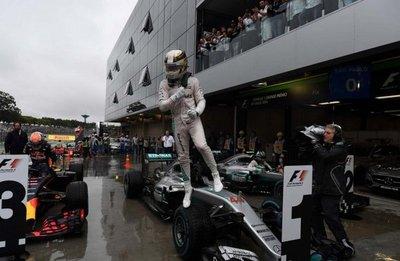 Hamilton frena festejo de Rosberg