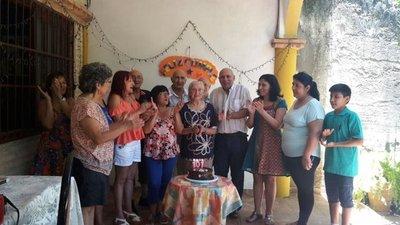 Centenaria abuela festeja su cumpleaños en Itauguá