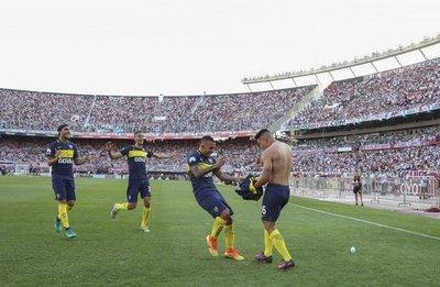 Carlos Tevez brilla en el clásico y Boca lidera