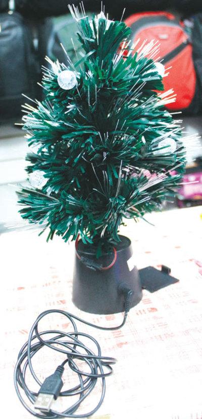Arbolito navideño con USB es furor en el Mercado 4