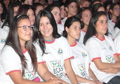 Becas de Itaipú para jóvenes sobresalientes