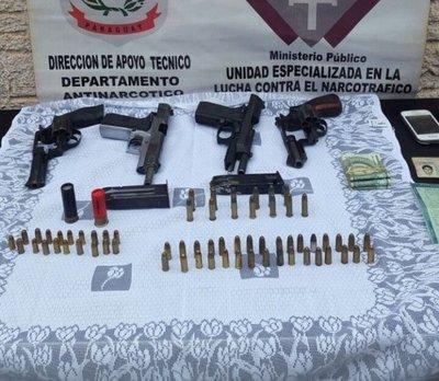 Incautan armas y vehículos