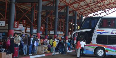 Ómnibus del interior llevan pasajeros parados, pese a que está prohibido