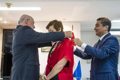 Berta Rojas condecorada por poner en alto al Paraguay