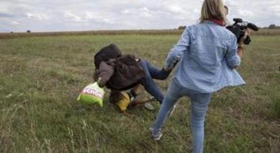 Libertad condicional para la cámara húngara que zancadilleó y pateó a refugiados
