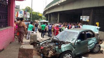 Familia se salva tras caer su vehículo del viaducto sobre transeúntes