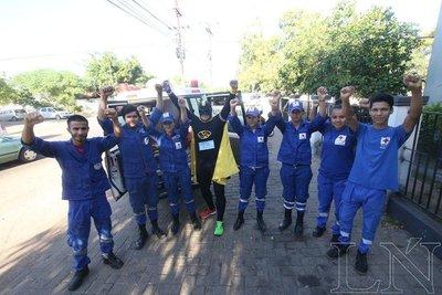 Voluntarios de la Cruz Roja brindan ayuda desinteresada