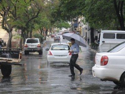 Lunes caluroso con alta probabilidad de lluvias
