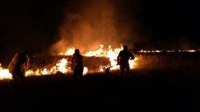 Logran sofocar el fuego en un pastizal en Falcón