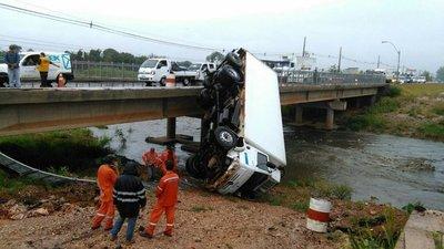 Camión cae de un puente en Limpio