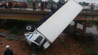 Cae un camión del puente Limpio – Mariano Roque Alonso