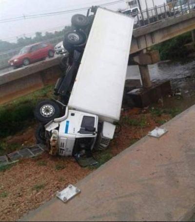 Un camión cayó de un puente en Limpio