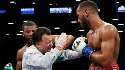 Un boxeador casi noquea al árbitro en plena pelea