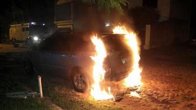 Intentan incendiar vehículo de periodista del Grupo Nación