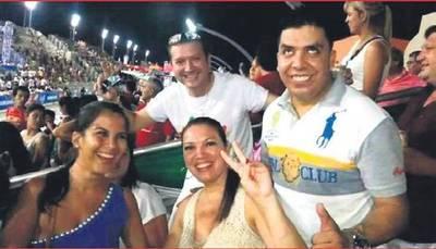 """""""No existen los ex gays"""": Dicen que diputado Portillo usa a su novia de 'pantalla'"""