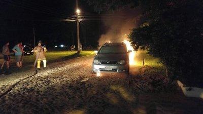 Fiscalía investiga incendio de auto de periodista