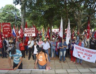 "Campesinos inician ""larga marcha"""