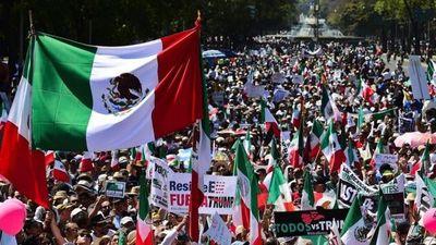 """""""¡Duro contra el muro!"""": decenas de miles de mexicanos marchan contra las políticas de Donald Trump"""