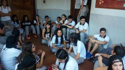 Fueron al colegio para festejar UPD pero les negaron entrar