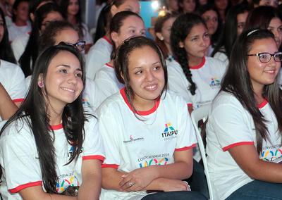 Sigue en proceso firma de compromiso para becados de Itaipu
