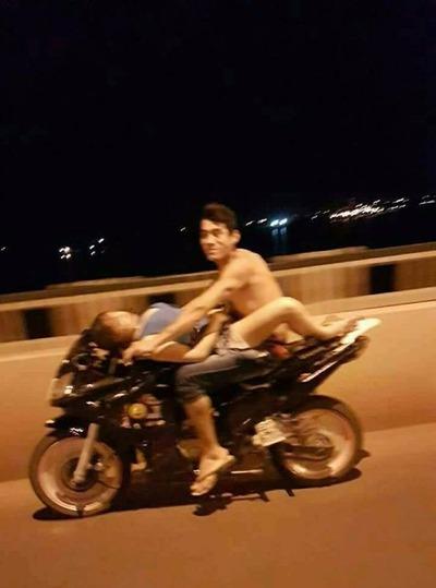 #Viral  Peligroso paseo de una pareja en moto ¿alguien sabe dónde es?