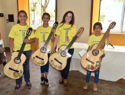 Niños crean su primera guitarra