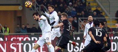 El Milan de Gustavo Gómez vence y sigue con opciones