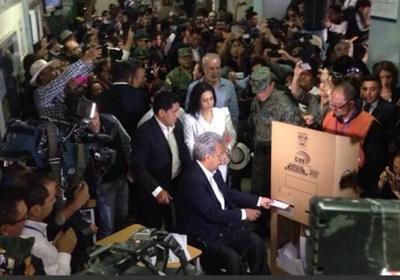 Oficialista Moreno lidera elección presidencial en Ecuador