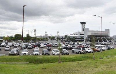 Sin licitación, seguirán explotando el estacionamiento del aeropuerto