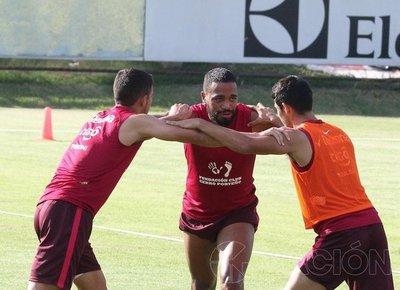 Álvaro Pereira hace fuerza