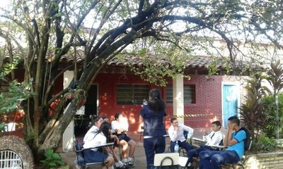 San Lorenzo: Alumnos de escuela municipal dan clase bajo árboles