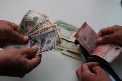 Dólar no recupera y cae al mínimo de hace 5 meses