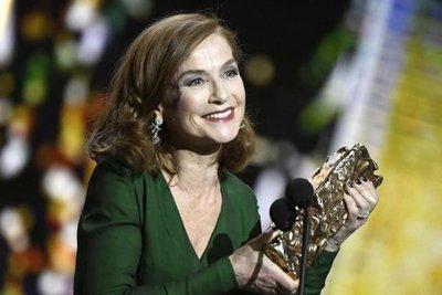 Isabelle Huppert recibe el espaldarazo del César en vísperas de los Óscar