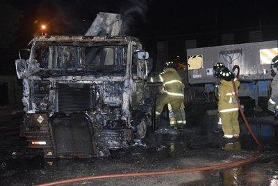 Tractocamión se incendia en estacionamiento